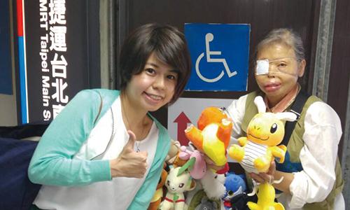 台北車站前傳遞愛心給獨眼奶奶
